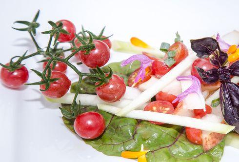 Süß-saurer Salat mit Paradeiser, Zucchini und Birnen